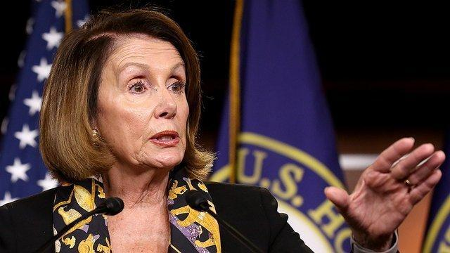 پلوسی: اگر ترامپ علیه حکومت است با مشکل مواجهیم
