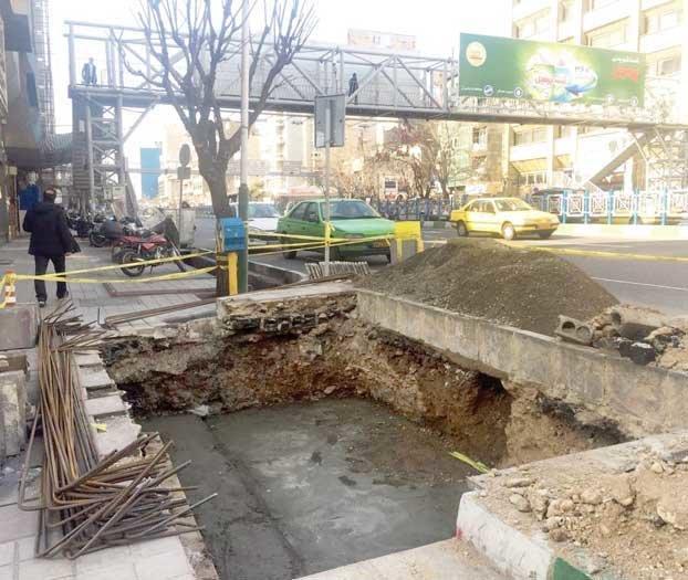 شهروندان در انتظار پل مکانیزه کریمخان