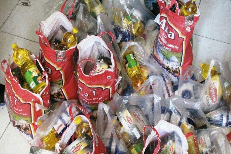 خبرنگاران بسته های سبد غذایی بین مددجویان بهزیستی دامغان توزیع شد