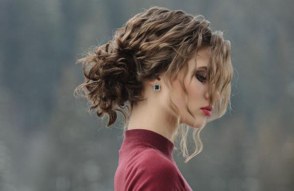 10 ترفند برای مراقبت از موهای فر (و 4 ایده مجذوب کننده برای آرایش آن ها)