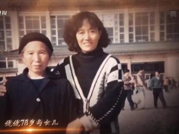 نوه این مادربزرگ، 13 سال تمام کسی را استخدام کرده بود تا خودش را جای مادر فوت شده اش جا بزند تا پیرزن غمگین نشود